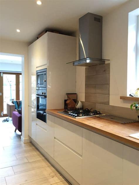 kitchen worktop ideas howdens white gloss intergrated kitchen with solid oak