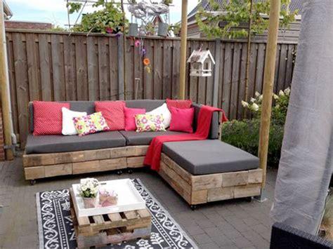 faire un canapé avec des palettes faire un salon de jardin en palette banquette de jardin