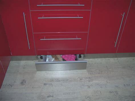 plinthe de cuisine inox tiroir caché dans une plinthe bonnes idées