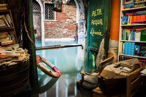 librerie a venezia quot acqua alta quot di venezia la libreria galleggiante