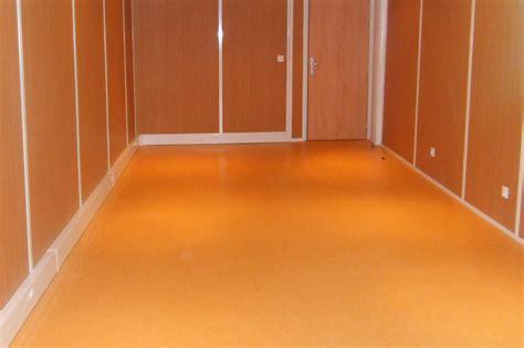 revetement de sol pvc pour cuisine les revêtements de sol pour bureau en lames ou dalles pvc