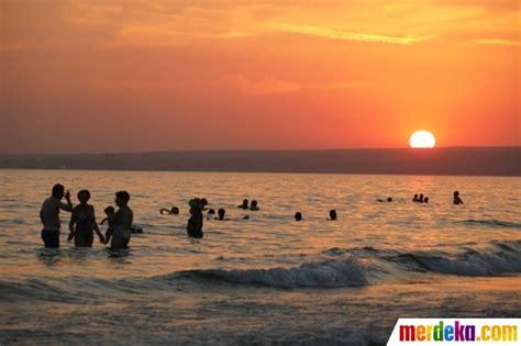 gambar wanita  pantai sunset