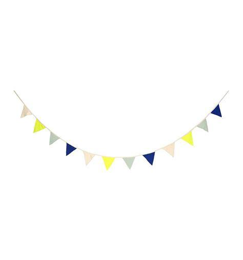 affiches chambre bébé guirlande fanions bleu et jaune fluo meri meri