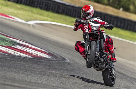 The Comprehensive Guide To Motorcycle Wheelies