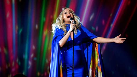 Carrie Underwood Delivers Powerhouse Performance Of 'love