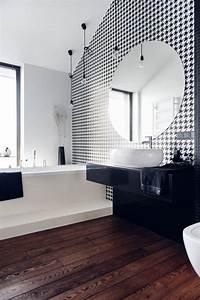 Déco Salle De Bain Noir Et Blanc : id e d coration salle de bain un papier peint en noir et blanc et un lavabo en noir et blanc ~ Melissatoandfro.com Idées de Décoration