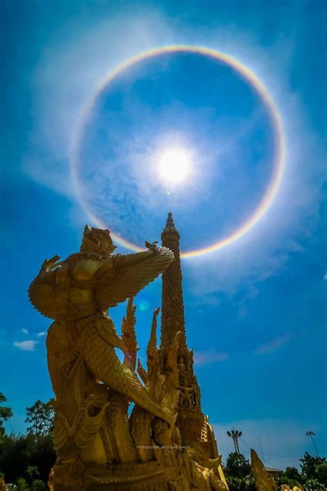 เพจเฟซบุ๊ก sumontha boonkhum ได้โพสต์ภาพ ปรากฏการณ์พระอาทิตย์ทรงกลด ขึ้นบนท้องฟ้าทอดเหนือตึกไทยคู่ฟ้า ทำเนียบรัฐบาล พร้อมกับระบุว่า. ภาพ ปรากฏการณ์พระอาทิตย์ทรงกลด เหนือเมืองอุบลฯ - Breaking-News