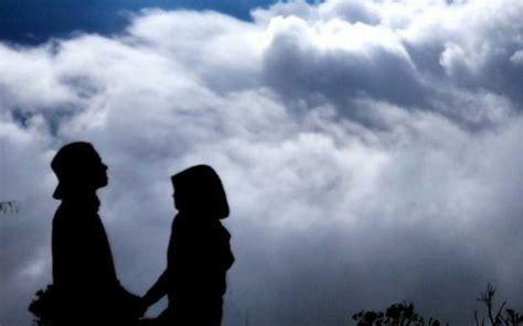 potret romantis pasangan pendaki  pamer kemesraan