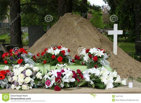 bos bloemen crematie grab mit blumen und kreuz stockbild bild von stieg