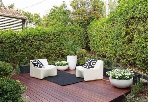 terrasse en bois avec salon de jardin  vegetation