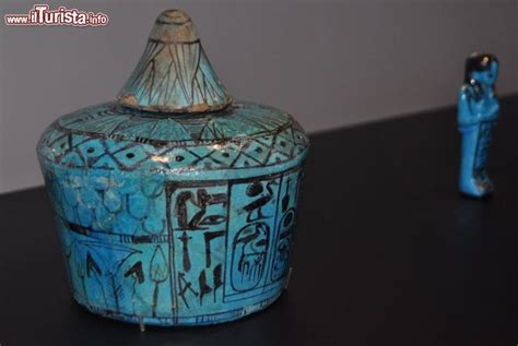 vaso egizio vaso egizio di un corredo funerario in mostra a vicenza