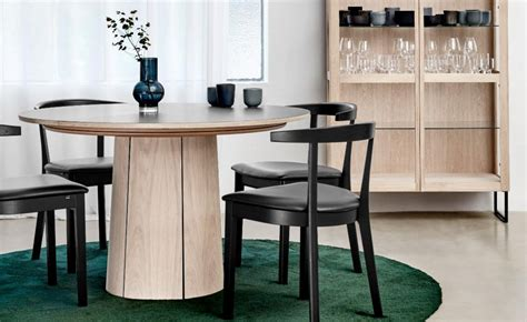 Benefit from an ideal table height in all circumstances thanks to its liftable tray. SM33 Round Extendable Dining Table - Danish Design Co