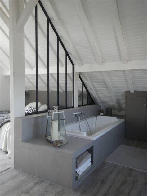 salle de bains avec une verriere datelier