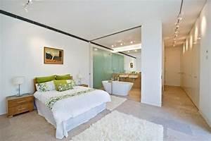 Teppich Schlafzimmer : romantisches design mit einer badewanne im schlafzimmer ~ Pilothousefishingboats.com Haus und Dekorationen