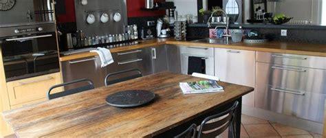 cuisine chaleureuse table ancienne meubles bois et inox
