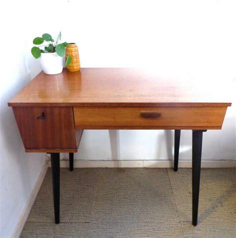 bureau retro mooi vintage design bureau met klepje en zwarte schuine poten