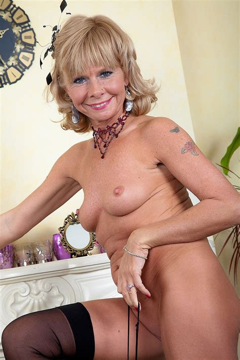 Slutty Mature Cathy Oakley Flaunt Her Chesties Busty Vixen