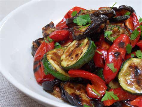 que cuisiner avec des aubergines salade méditerranéenne de courgettes aubergines et