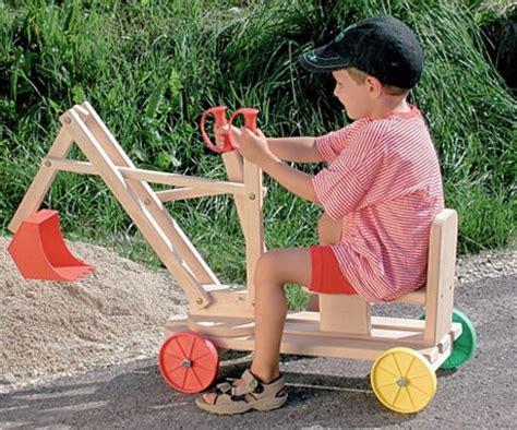 Spielen Im Garten Mit Holzpferd, Bagger Oder Einem Tollen