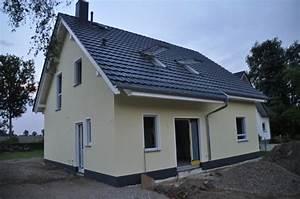 Welche Farbe Hat Das Weiße Haus : aussenfassade fertig helle wandfarbe dunkler ~ Lizthompson.info Haus und Dekorationen