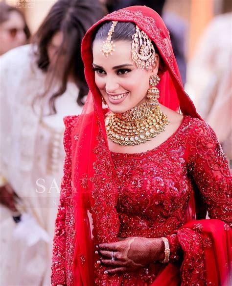 iqra aziz beautiful wedding dress  makeup
