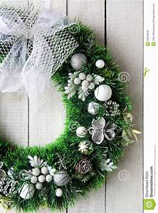 Weihnachtskranz Für Tür : weihnachtskranz auf wei er t r lizenzfreie stockbilder ~ Sanjose-hotels-ca.com Haus und Dekorationen