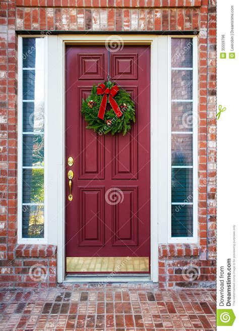 christmas wreath   red door stock photo image