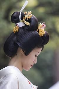 Traditional kanzashi hair ornaments.PNG