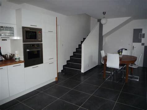 cuisine blanche sol gris carrelage salle de bain gris fonce