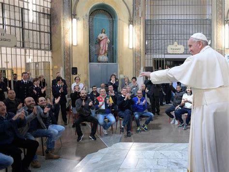 il papa  san vittore passava fila  fila  salutare