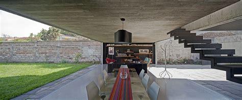 un patio casa un patio arquitectura en acero