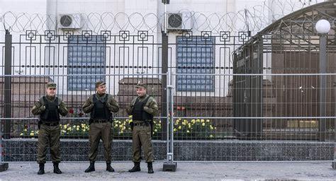 consolato italiano kiev in ucraina polizia impedisce ai russi di andare a votare