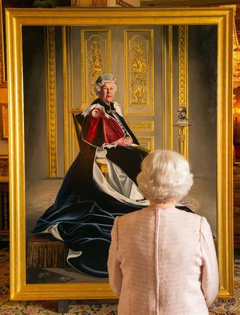 queen elizabeth poses    official royal portrait