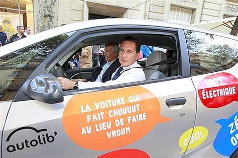 siege autolib sur le siège arrière de l 39 autolib 39 avec les parisiens