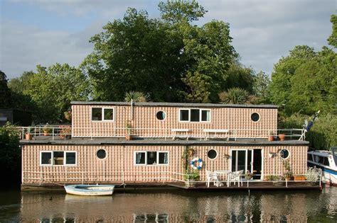 Wohnen Auf Dem Wasser by Hausboot Architektur Naturverbunden Wohnen Auf Dem Wasser