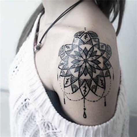 tatouage epaule rosace  tatouages  porter fierement