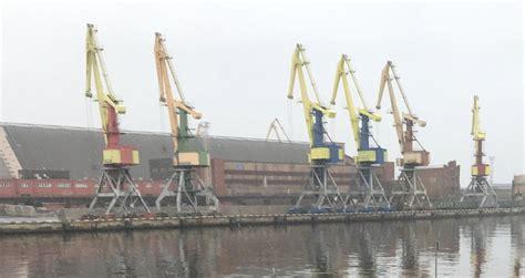 Latvijas ostās pērn pārkrauto kravu apjoms sarucis par 28% ...