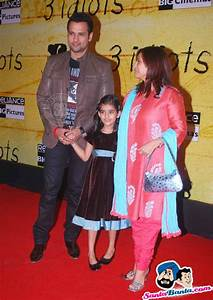 3 Idiots Premiere -- Rohit Roy with wife Manasi Roy ...