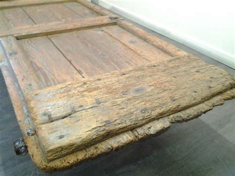 table basse porte ancienne mobilier d 233 coration bois brut tables