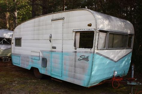 vintage trailer farm  shasta deluxe model