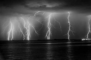 Lightning - Black and White   Picture of the lightning ...