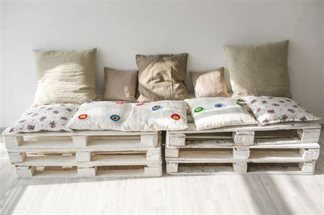 canapé avec des palettes canape en palette avec dossier 28 images comment