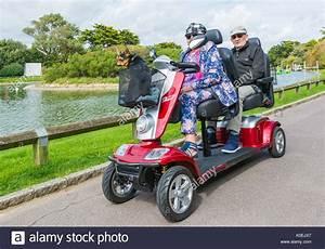 Scooter Electrique 2 Places : mobility scooter elderly photos mobility scooter elderly images alamy ~ Melissatoandfro.com Idées de Décoration