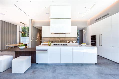 cuisine blanche et bois avec ilot