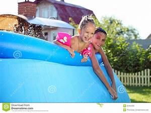 Swimmingpool Für Kinder : kinder die in einem aufblasbaren swimmingpool schwimmen ~ A.2002-acura-tl-radio.info Haus und Dekorationen