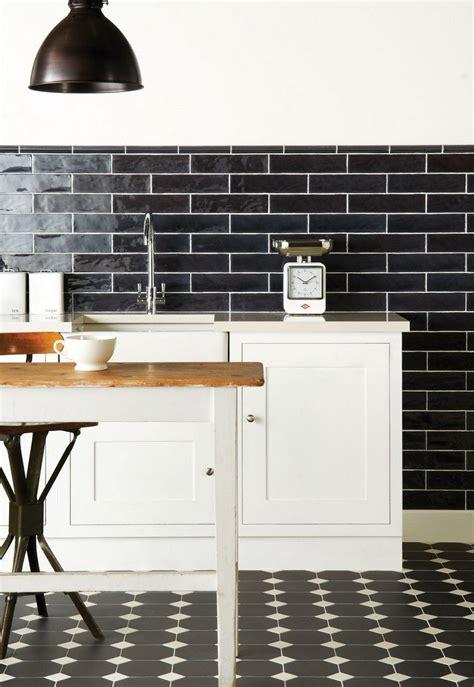 carrelage cuisine blanc et noir carrelage métro noir qui invite l élégance dans nos domiciles