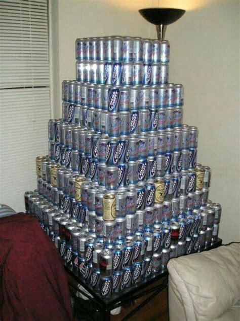 curiosa piramide gigante de cervezas dogguie