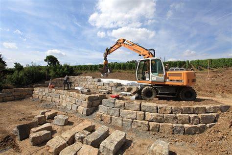 l steine setzen ohne fundament natursteinmauer mauern anleitung trockenmauer bauen ohne