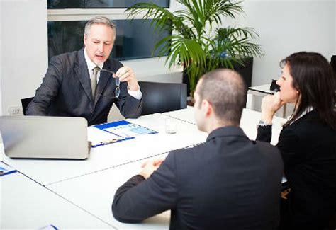 le bureau banquier bien préparer le premier entretien avec banquier