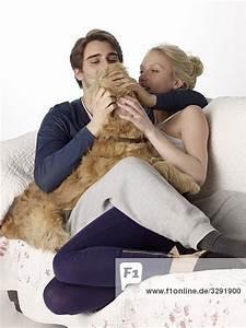 Kuscheln Auf Englisch : mann und frau kuscheln mit hund auf der couch 20446 emotive lizenzfreies bild f1online 3291900 ~ Eleganceandgraceweddings.com Haus und Dekorationen